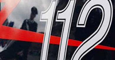 In moto finisce contro la rotatoria, il mezzo si incendia: gravissimo un 18enne
