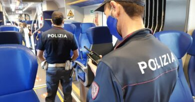 Molesta due giovani donne: Polizia lo ferma a bordo treno e lo denuncia