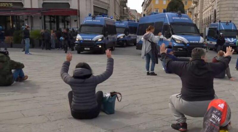 Trieste, No Green Pass, la manifestazione arriva in Piazza Unità. Lacrimogeni su viale Campi Elisi